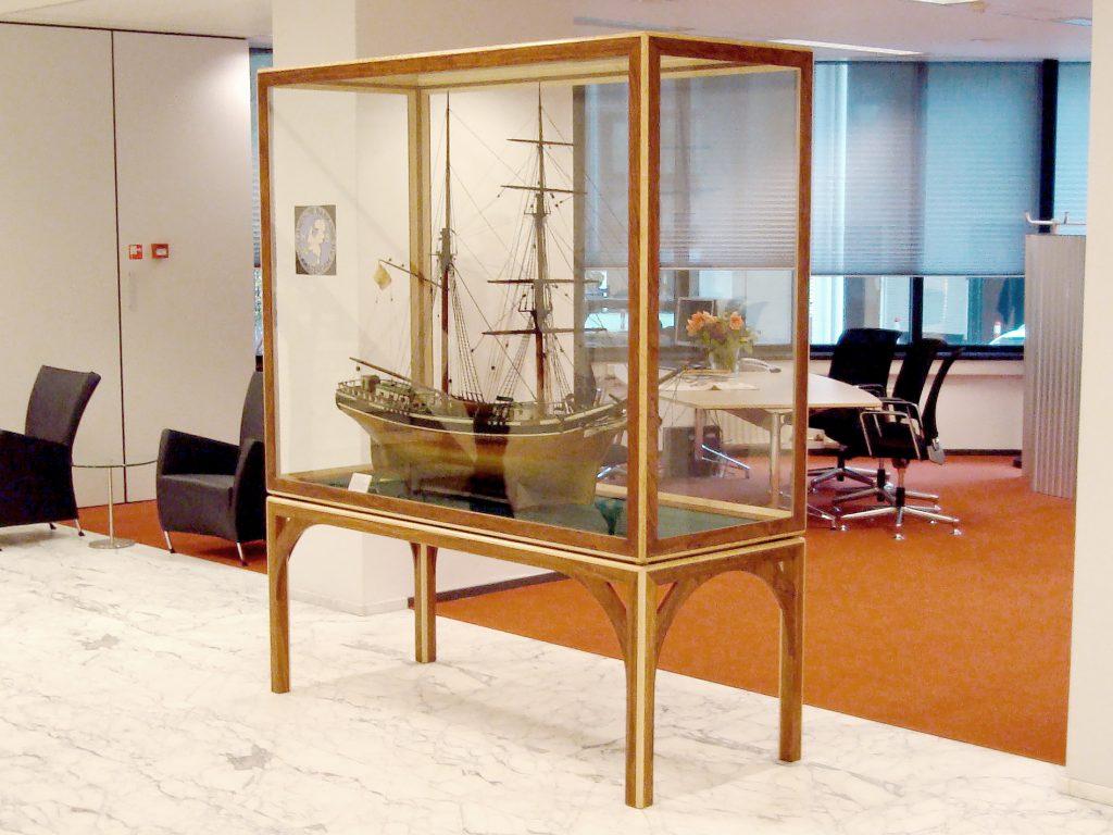 Vitrine, vitrine scheepsmodel, abn-amro, meubelontwerp, interieurontwerp, vitrine bouwen, vitrine laten bouwen, hout, glas,